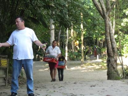 unsere Bildungsunterstützer: guide und Getränkeverkäuferin