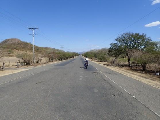 erstaunlich gute Straße - mit Seitenstreifen