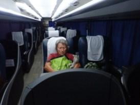 ... die Passagierin im Liegesitz