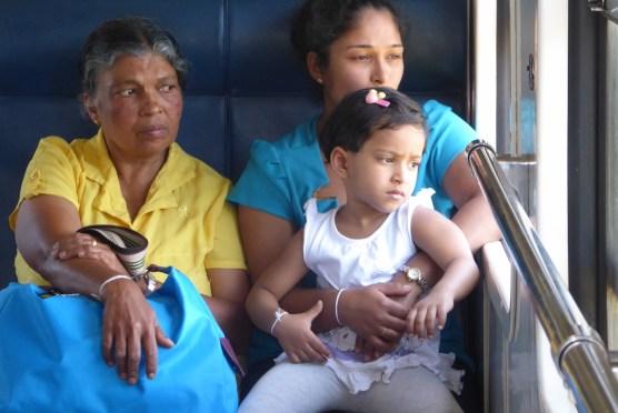 SriLanka-Ella-Zugfahrt-Familie