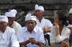 Bali-TanahLot-Tempel-Maenner