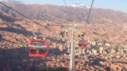 Bolivien-LaPaz-teleferico-zwei-rote-Gondeln