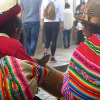 Peru-Cusco-Frauen-Alpaka-Strasse