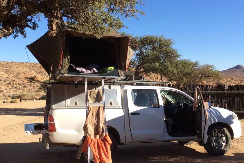Offroader mit Dachzelt in Namibia