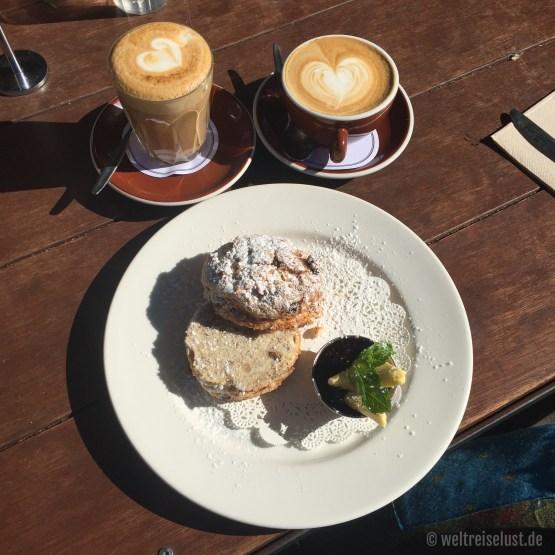 """To już klasyk: Kawa """"flat white"""" z ciepłym ciasteszkiem """"skone"""" - pycha!"""