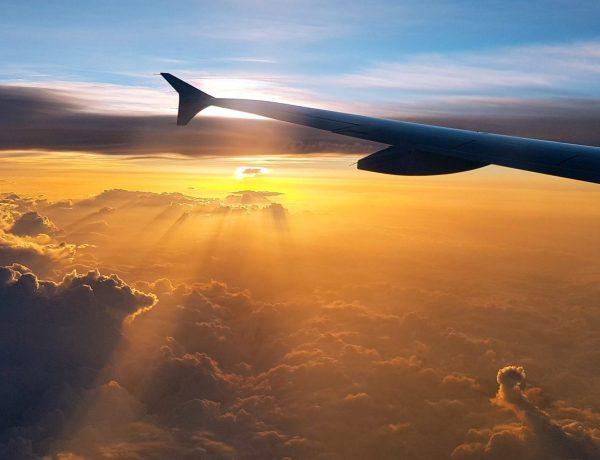 Blick aus dem Flugzeug auf die aufgehende Sonne
