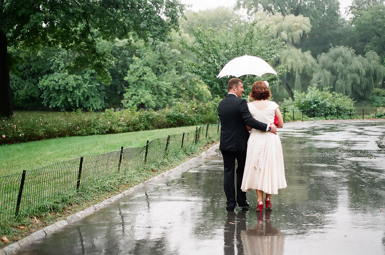 wedding elopement photos in the rain by wendy g photography