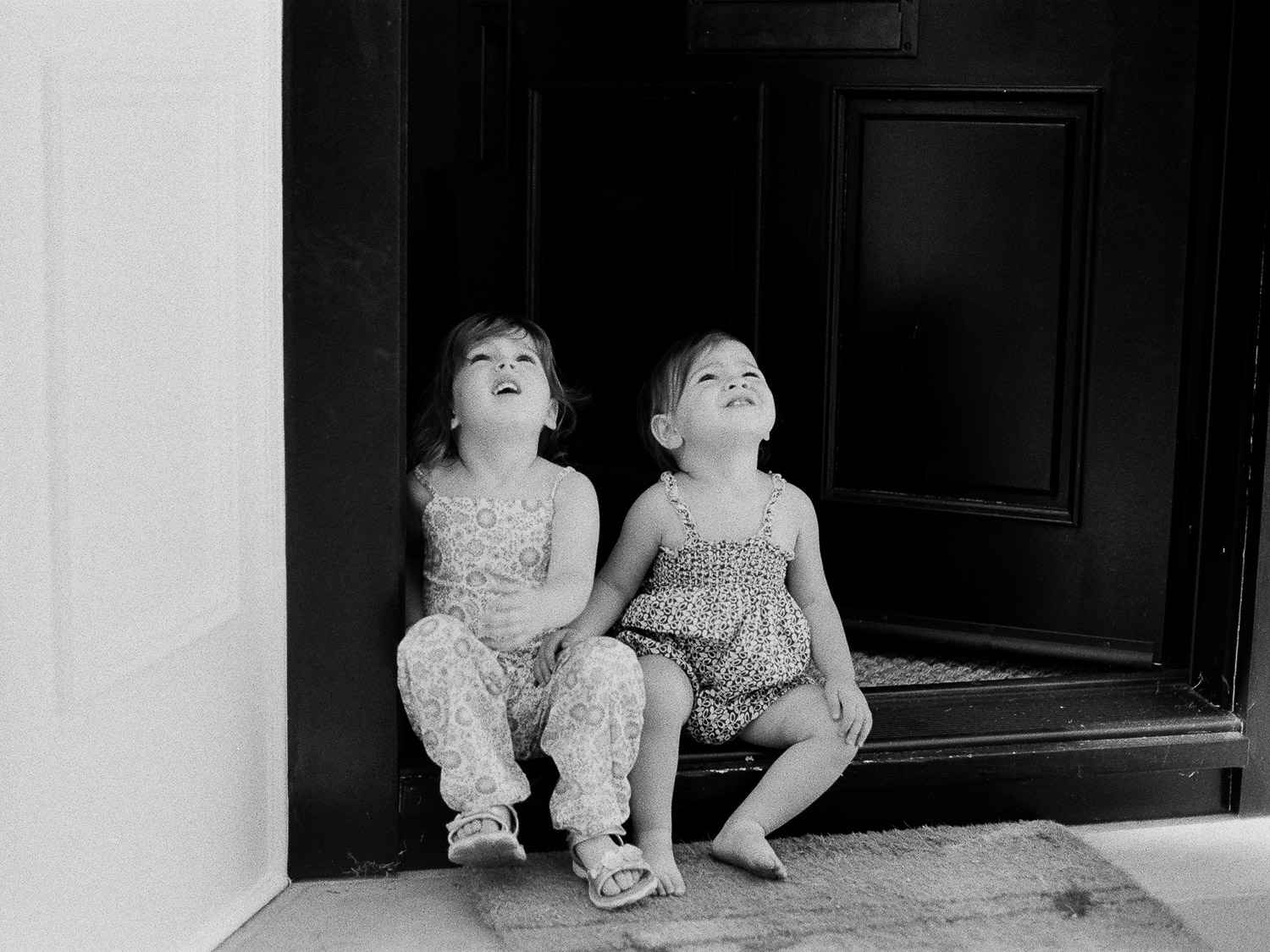bnw ny photo of sisters at home by wendy g photography