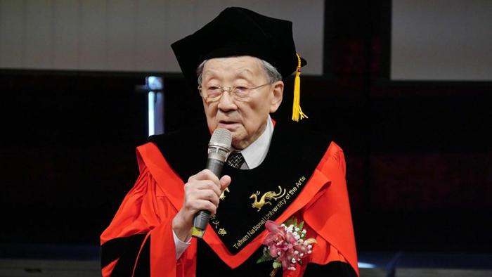 在28年的時間內拍了52部電影,90歲高齡的李行導演,日前獲頒台南藝術大學名譽博士。(台南藝術大學提供)
