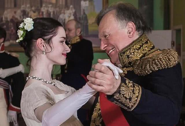 刺殺學生女友的俄教授重現分屍過程,當場崩潰,拿起寶劍刺向自己