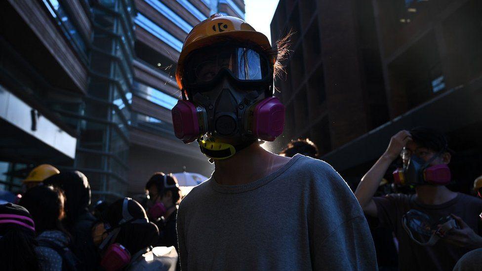 头戴面具的示威者