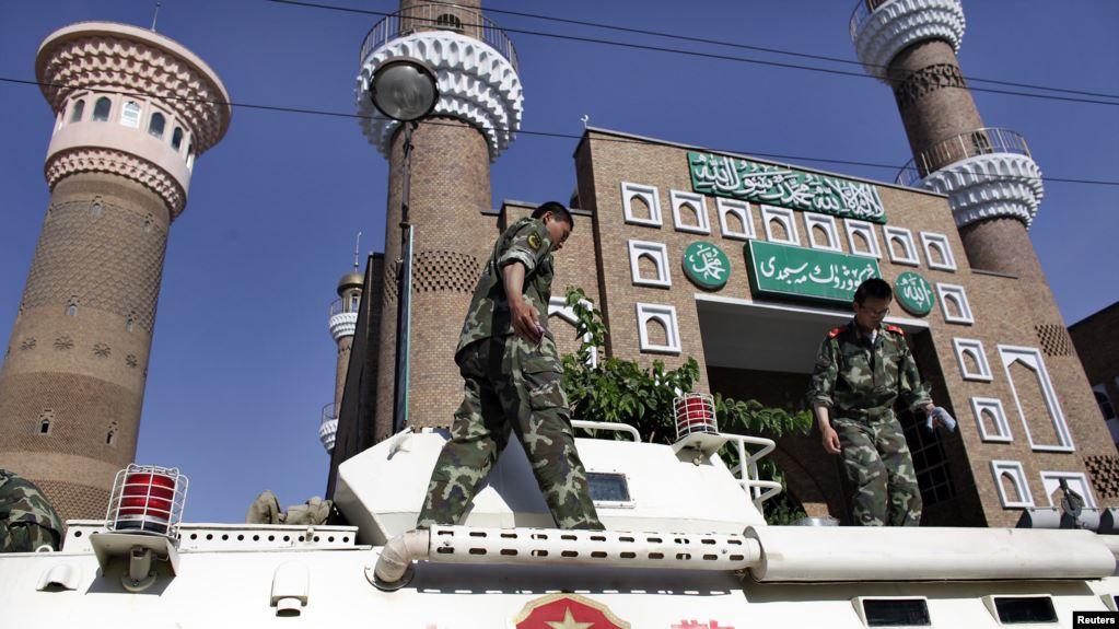 停在新疆清真寺外面的武警车辆