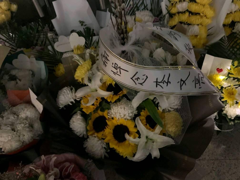 记者亲历:人们吹哨悼念 李文亮遗孀所在地封城(图)