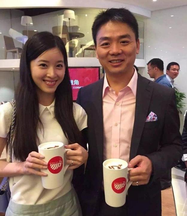 劉強東大5歲的丈母娘長什麼樣?看到照片後,網友稱:十分驚艷