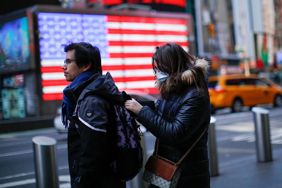 """為什麽讓美國人戴個口罩就這麽難?(圖) 美國衛生局局長呼籲""""別買口罩了!"""" 口罩在美國甚至被汙名化"""