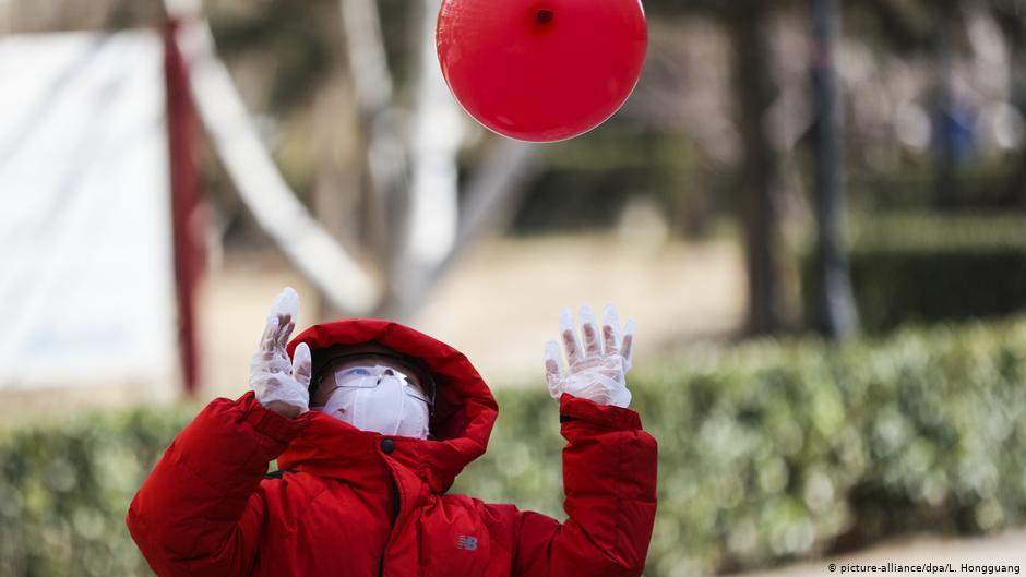 China Peking Coronavirus Kind mit Mundschutz