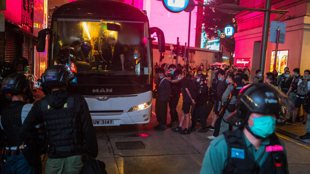 七月一日香港人上街抗议国安法,港警逮捕数百名示威者。(法新社)