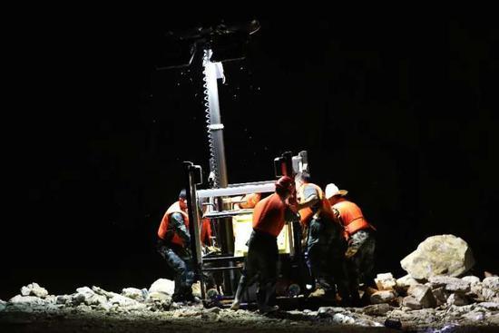 安能救援队在连夜进行填埋合龙工作(供图:中国安能集团南昌分公司)