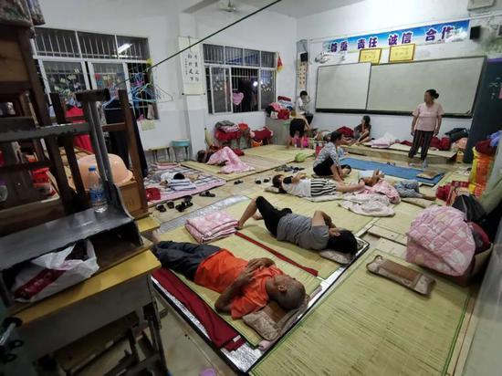 村民们挤在教室内休息(黄子懿 摄)