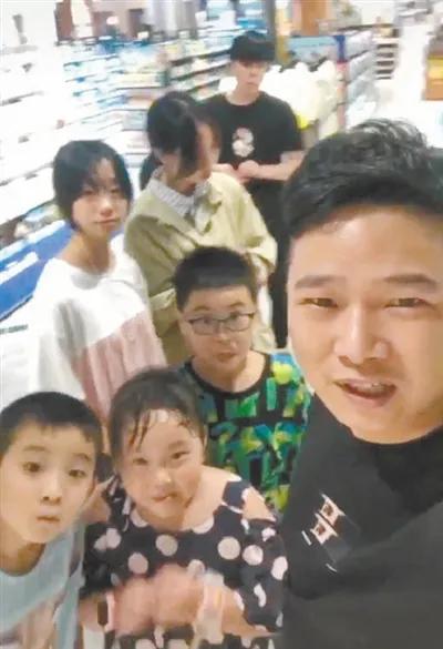 """""""最强舅舅""""带8个外甥过暑假,每天做饭5小时"""