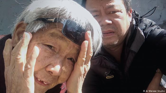 China Filmstill aus Coronation von Ai Weiwei: Liwen und seine verzweifelte Mutter (Ai Weiwei Studio)
