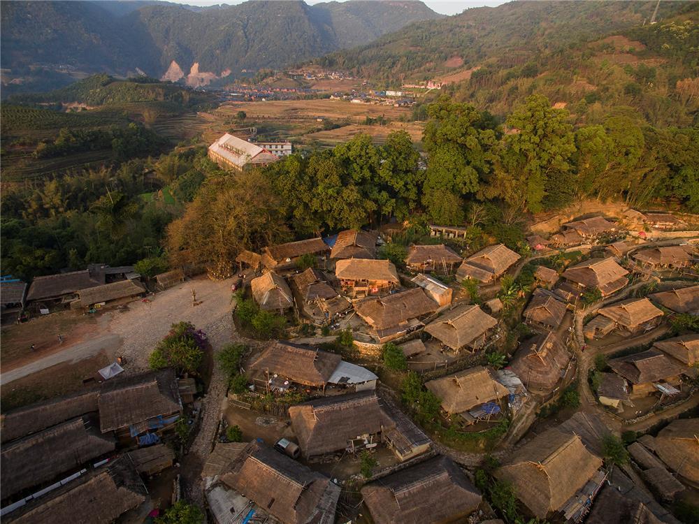 大火后的翁丁村:只剩三四栋完整房屋,一周前也失火