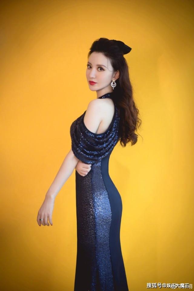 女星走完红毯隔天看骨科 网惊:为礼服拿了根骨头出来?