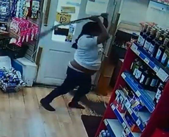 女英雄!她夺猎枪猛打抢匪 10分钟监控视频曝光