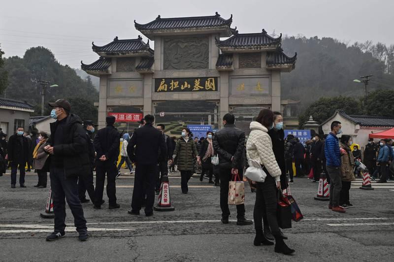 中媒曝武汉感染真相 清明节数十万人挤爆墓园
