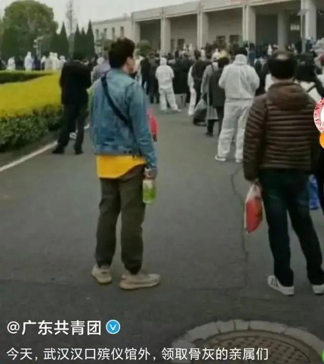 武汉大暴雨,32万人挤满陵园:人群散去,他们哭了