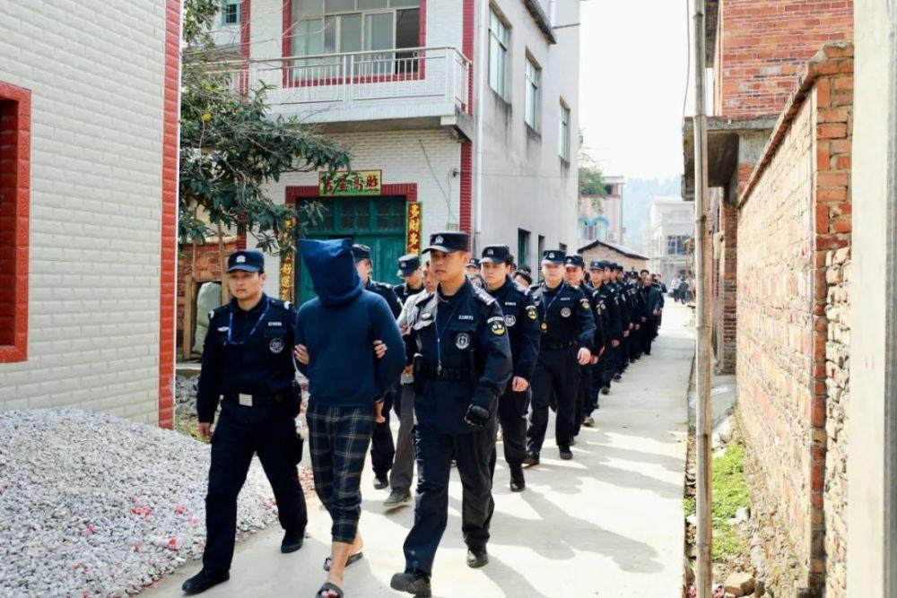 """这里被戏称""""中国第二人民银行"""" 村庄家族式犯罪制假钞"""