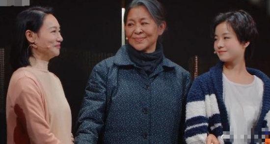 """倪萍近照曝光 身形瘦一圈 与小1岁惠英红同框像""""母女"""""""