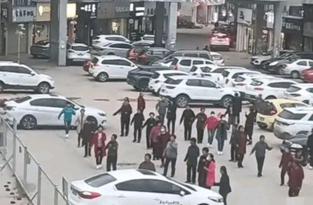 """一群大妈为跳广场舞 停车场高喊""""加油"""" 徒手推走汽车"""