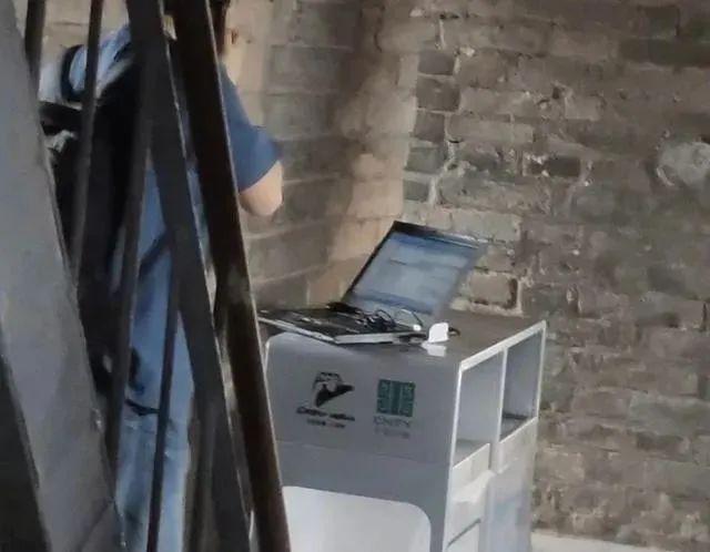 真 · 劳动节!女子人流中抱电脑,网友纷纷晒同款…