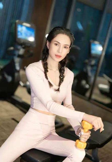 年过半百的李若彤好显嫩 扎双麻花辫清新又减龄 太美了吧