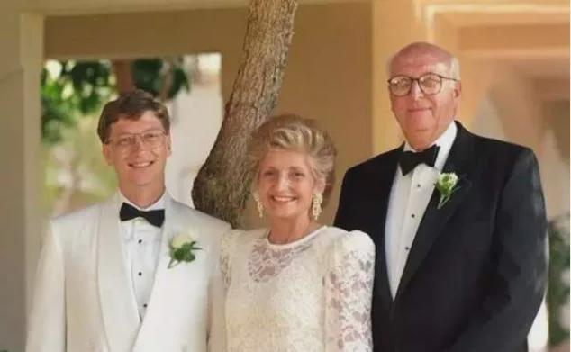 盖茨宣布离婚后疑首现身 被网友拍到独自一人买晚餐