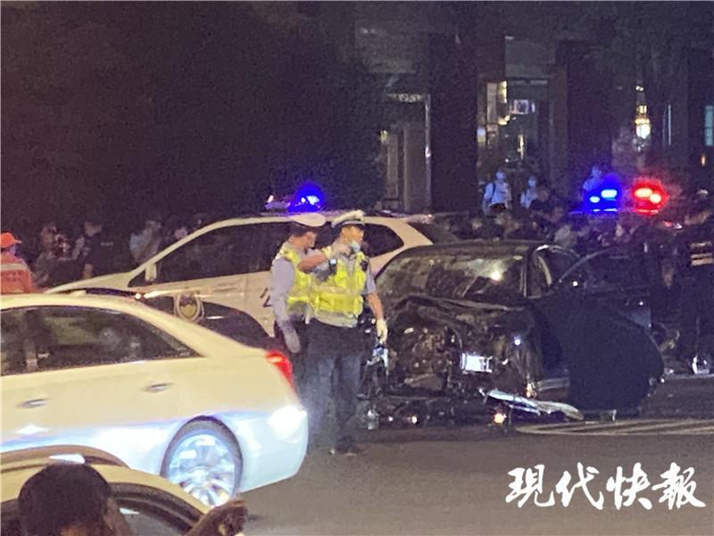 南京一男子驾车撞人并持刀捅人致7人受伤