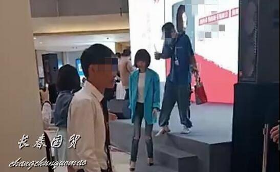 51岁主持人鲁豫近照曝光 网友:真人又美又瘦