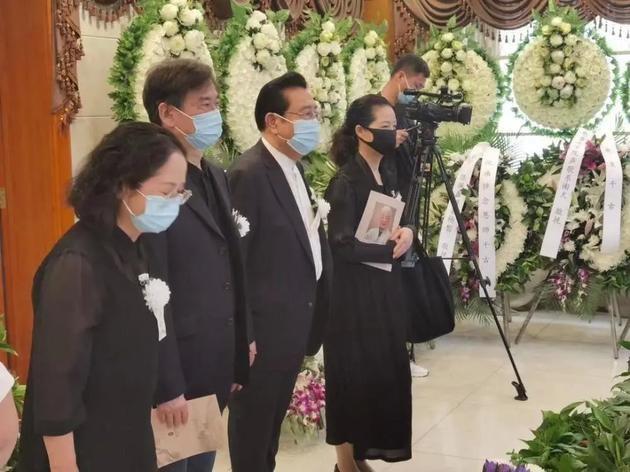 李双江梦鸽罕见合体露面,参加友人葬礼表情沉重