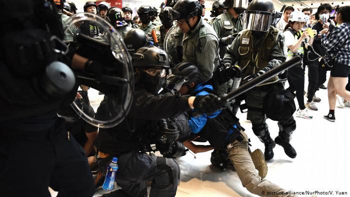 香港周末暴力冲突不断 困境中林郑月娥将再访北京(图)