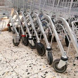 Einkauswagen im Supermarkt