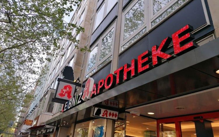 Apotheke in Hannover gegenüber der Oper auf der Geogstraße. Arzneimittel gibt es in Apotheken und Drogerien aber auch in Reformhäusern.
