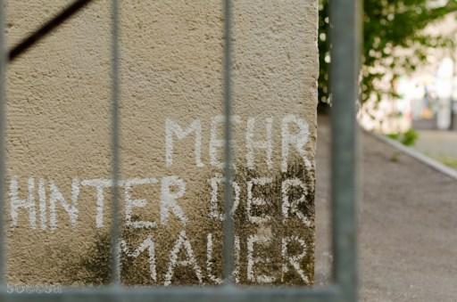 Hinter der Mauer