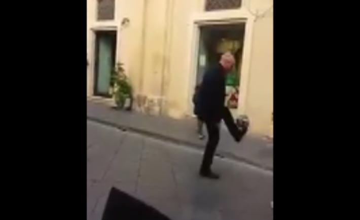 Monsignor Staglianò palleggia per strada