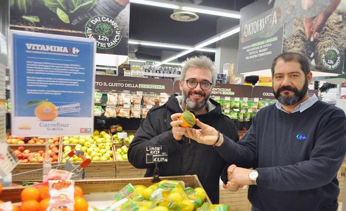 Nella foto il direttore del PdV di via Pietro Leone (Caltanissetta) Giuseppe Martorana, e un consumatore (Fabio Gangi)