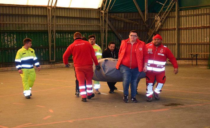 Volontari al lavoro nella tendopoli (foto: gentile concessione di Wesud.it)