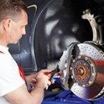 Mechaniker beim Bremsenservice