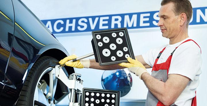 Mechatroniker bei der Achsvermessung