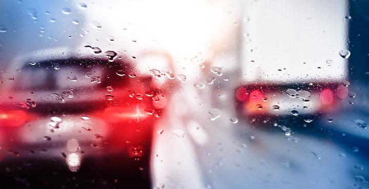Bremsende Autos bei schlechter Sicht