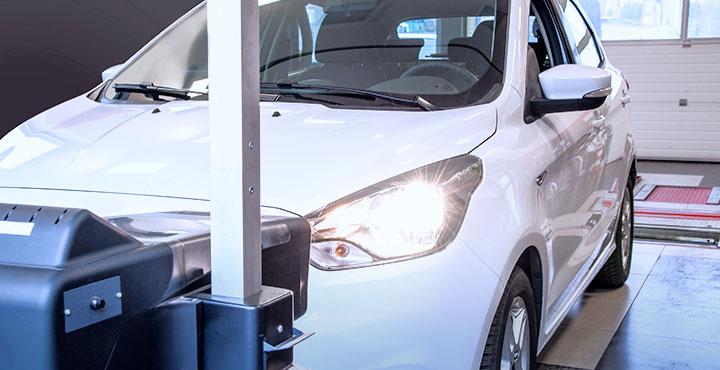 Auto bei der Scheinwerfereinstellung